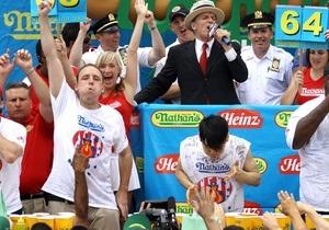 Американец стал четырехкратным чемпионом по поеданию хот-догов