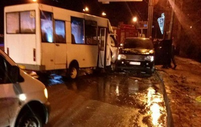 В центре Донецка джип столкнулся с маршруткой