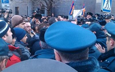 Участники массовых демонстраций в Ереване пытались сжечь флаг России