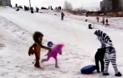 В России  Лунтик, лев Алекс и зебра Марти  избили хулигана