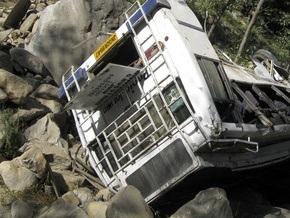 В Индии автобус упал в русло высохшей реки: погибли 29 человек