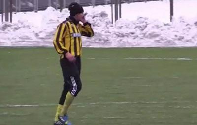 На Мемориале Макарова футболист разговаривал по телефону прямо во время матча