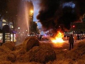 Французские фермеры подожгли солому и автомобильные шины на Елисейских полях
