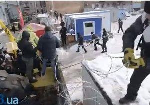 В Десятинном переулке демонтировали строительный забор - Десятинный переулок - стройка на Десятинном переулке - протестующие повалили забор на Десятинной