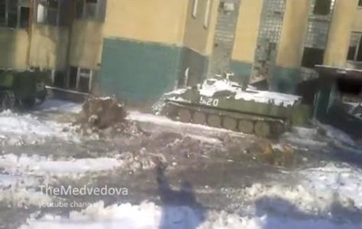 Очевидцы сняли на видео, как боевая машина сепаратистов врезалась в дом