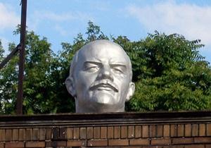 На Волыни памятник Ленину снова облили краской