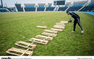 Фанати польського клубу принесли на стадіон труни