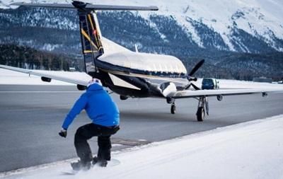 Сноубордист-екстремал розвинув швидкість 125 км/год, причепившись до літака