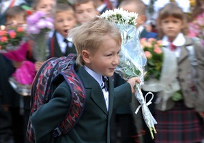 Азаров сообщил, что все области Украины обеспечены школьными учебниками