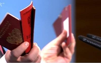 Порошенко показав у Мюнхені паспорти російських військових