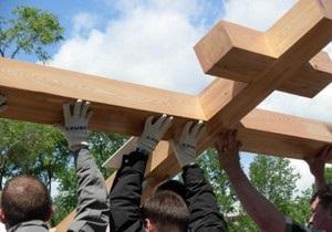 В Севастополе активисты пророссийских организаций самовольно установили поклонный крест