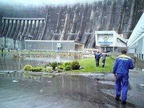 Аварийные службы не могут остановить гигантское масляное пятно с российской ГЭС