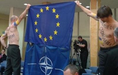 Чоловіки з прапорами України прикували себе до огорожі посольства РФ в Празі