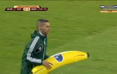 Голландские фанаты бросили в игрока Ромы надувной банан