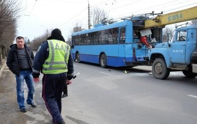 В Черновцах подъемный кран протаранил троллейбус, есть жертвы