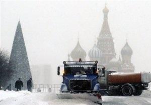 Сильный снегопад парализовал движение в Москве
