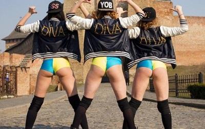 Танец девушек в патриотичных бикини посреди Луцка вызвал скандал в соцсетях