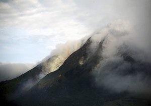 На Камчатке вулкан выбрасывает пепел на высоту до девяти километров