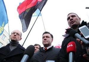 Оппозиционные партии вывели несколько тысяч человек на акцию протеста в Ивано-Франковске