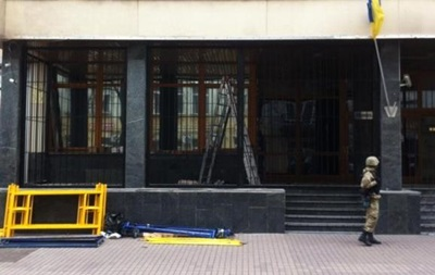 Біля Укрнафти продовжують монтувати залізний паркан
