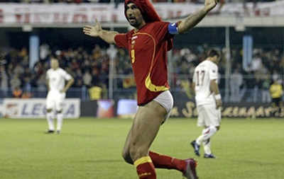 Игроку сборной Черногории жена запретила праздновать голы, снимая трусы