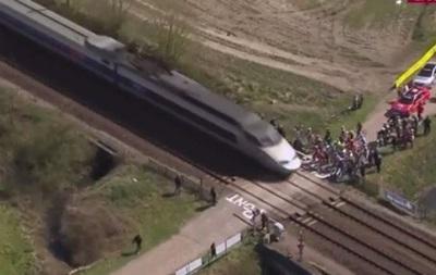 Група велосипедистів під час гонки ледь не потрапила під потяг