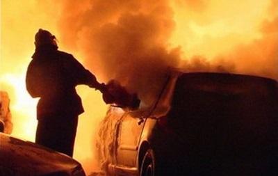 В Соломенском районе Киева во дворе многоэтажки загорелись два авто