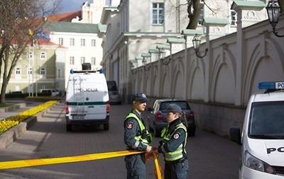 Возле резиденции президента Литвы мужчина угрожает взорвать себя
