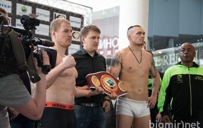 Петр Порошенко поздравил Александра Усика с победой над российским боксером
