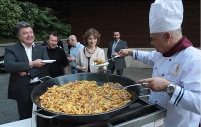 В Сети появились фото, где Киселев кормит Порошенко и Бузину картошкой