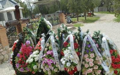 На могиле сына Януковича в Крыму появилась табличка