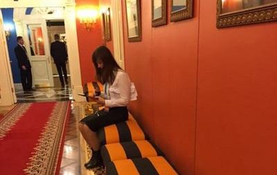 В Кремле появились скамейки в цветах георгиевской ленты