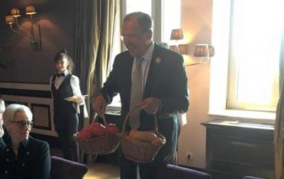 Лавров подарил Керри помидоры, картошку и футболку ко Дню Победы