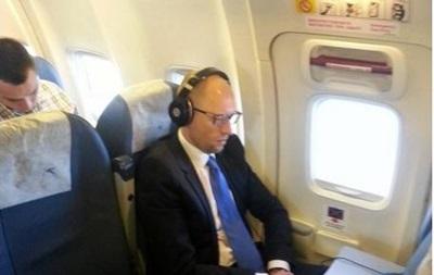 Яценюка вновь заметили в эконом-классе самолета
