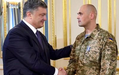 Порошенко наградил освобожденного командира  киборгов  орденом
