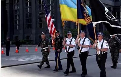 В Чикаго ветераны вышли на марш с украинскими флагами