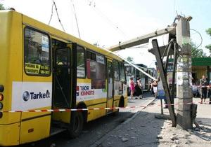 В Полтаве на крышу автобуса упал столб