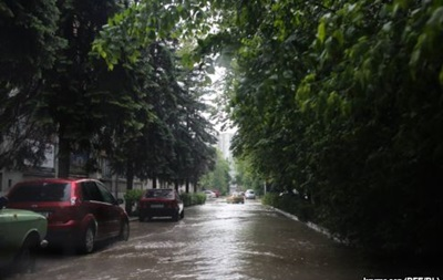 В Симферополе ливень затопил дороги