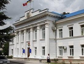 Житель Севастополя, оторвавший от здания вывеску с гербом Украины, получил условный срок