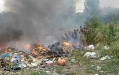 В Киеве больше суток тушат пожар на свалке