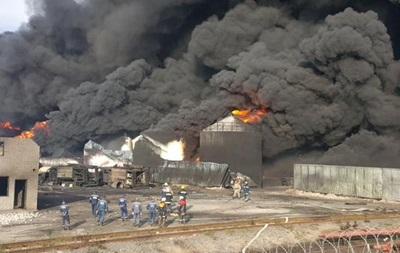 На горящей нефтебазе под Киевом взорвались две емкости с топливом