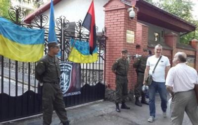 Во Львове активисты пикетировали российское консульство