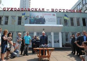 Из-за алчности гробят людей: Азаров посмотрел видео о шахтере с Суходольской-Восточной