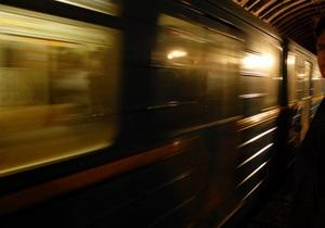 Нетрезвый киевлянин погиб при попытке перейти рельсы на станции метро Днепр