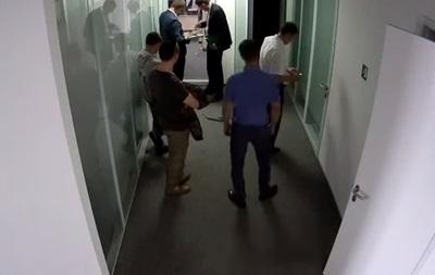 Появилось видео, как налоговики врывались в офис Вестей