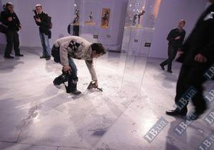 В Киеве журналист, фотографируя Анну Герман, опрокинул скульптуру Дега