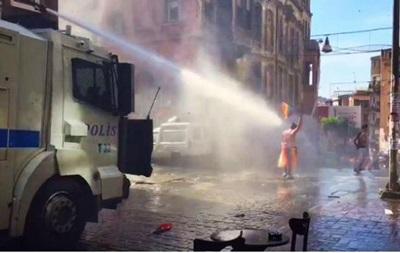 В Стамбуле против участников гей-парада применили водометы
