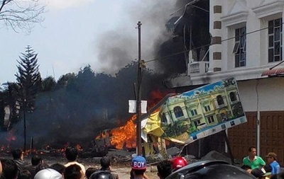 В Индонезии в результате падения самолета на отель погибли 30 человек