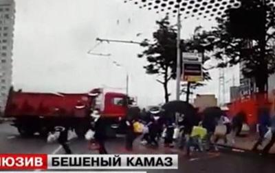 В Москве грузовик влетел в толпу на переходе: чудом никто не погиб