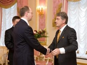 Ющенко подарил Яценюку букет цветов